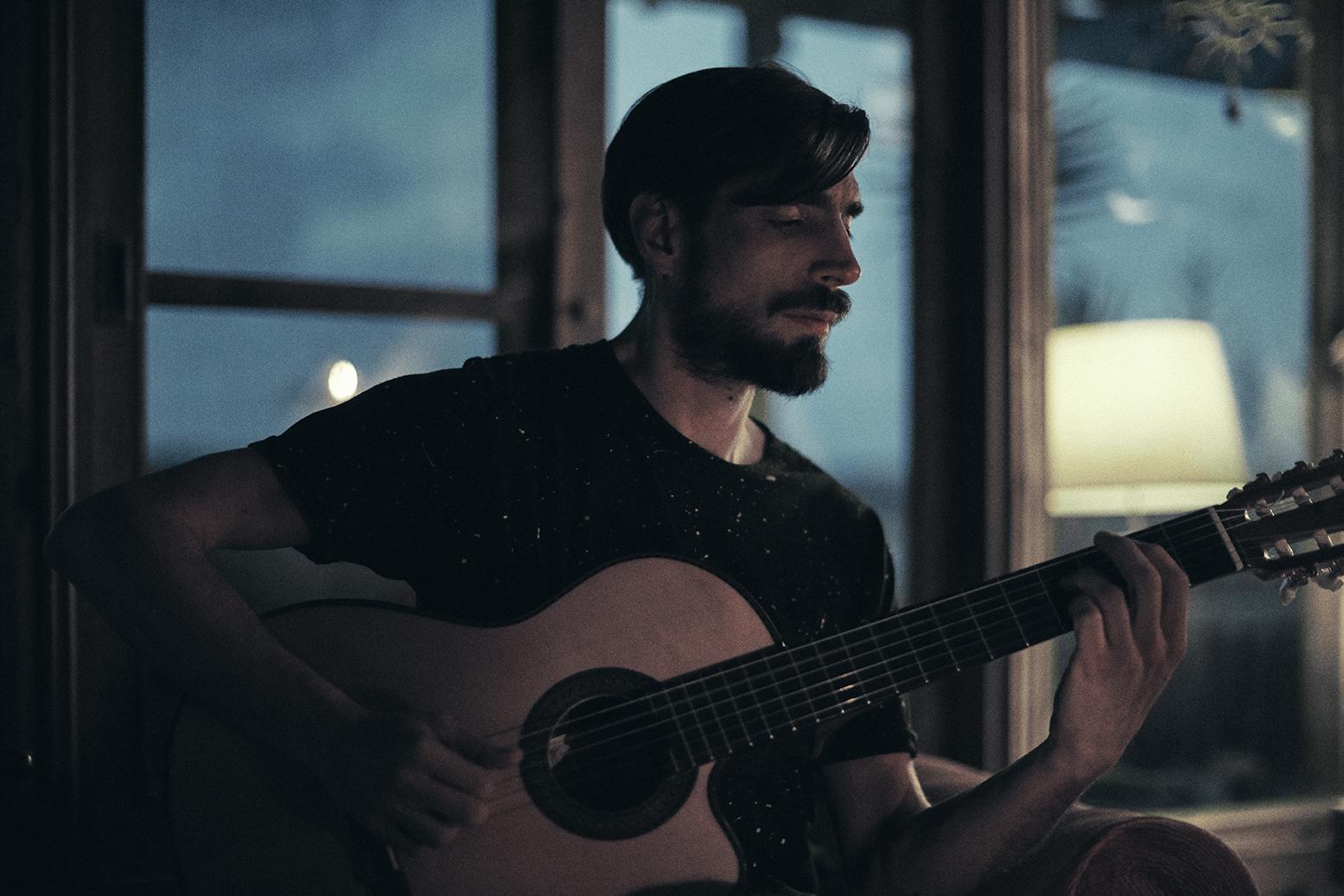 Foto de Mauricio Gelardi tocando la guitarra
